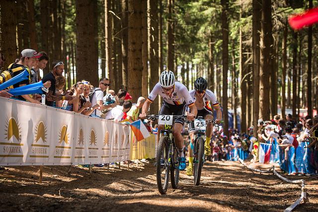 Ciclistas de mountain bike compitiendo